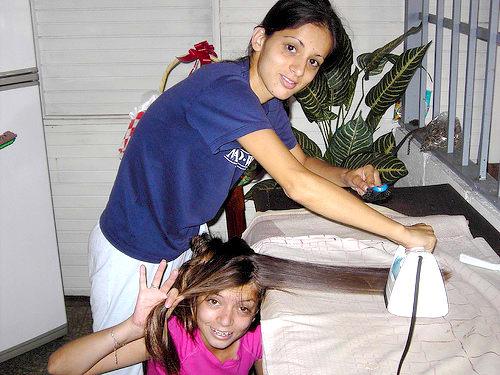planchar el cabello con plancha de ropa