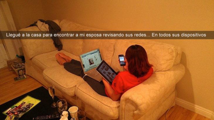 mujer con tablet celular y laptop