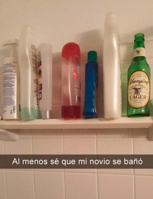 botella de cerveza en el baño