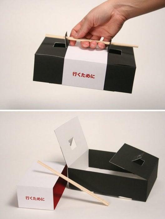 Caja de sushi con palillos como empuñadura