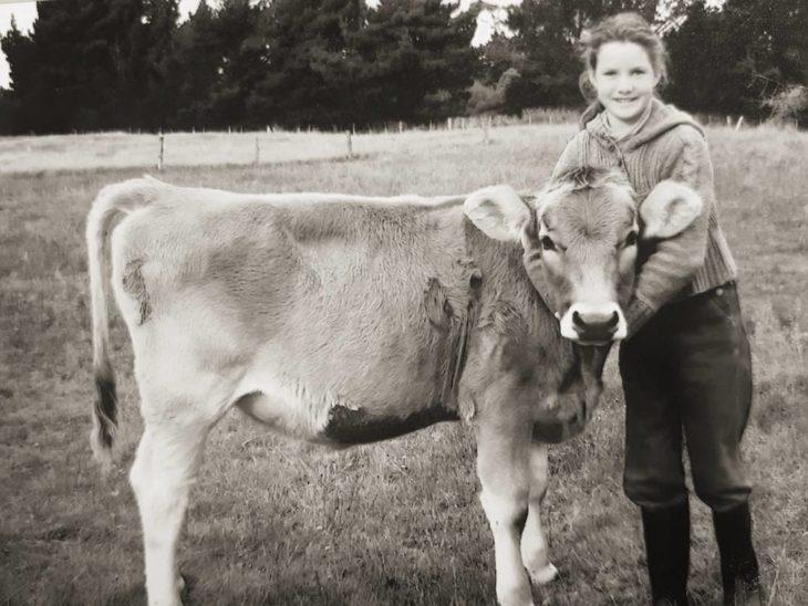 Foto vieja de niña y su vaca