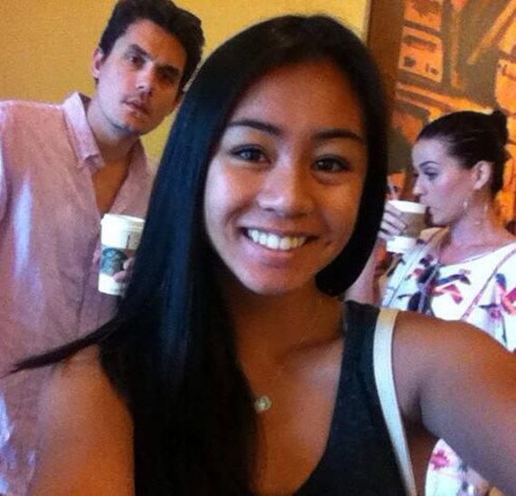 Famosos photobomb - john en cafetería
