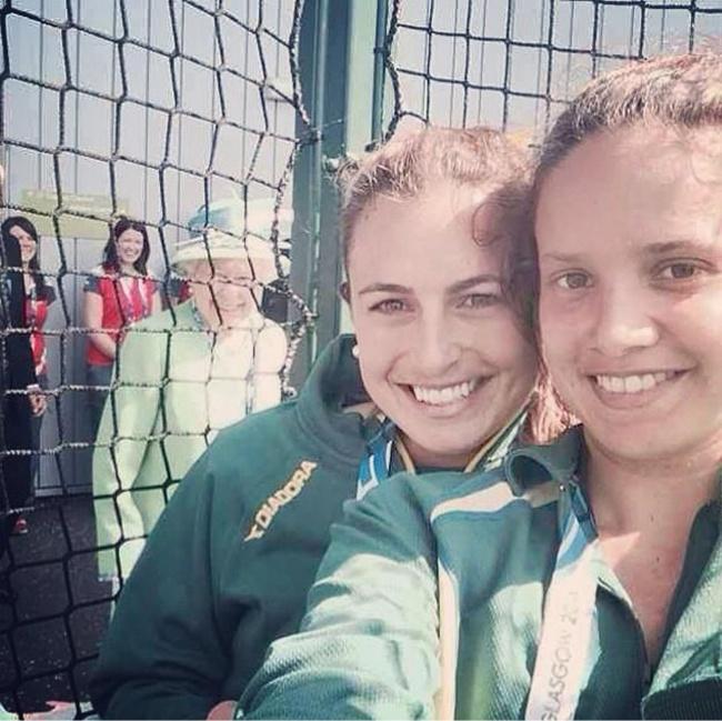 Famosos photobomb - reina en foto de dos chicas