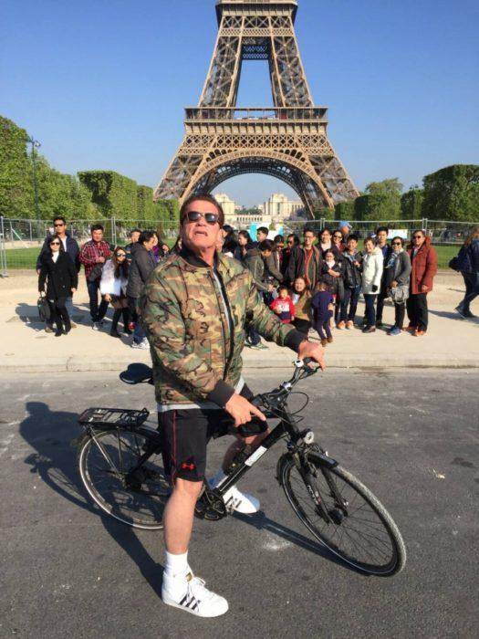 Famosos photobomb - arnold en foto en paris de turistas