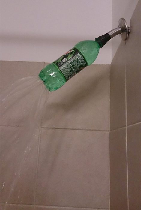 botella de refresco regadera baño