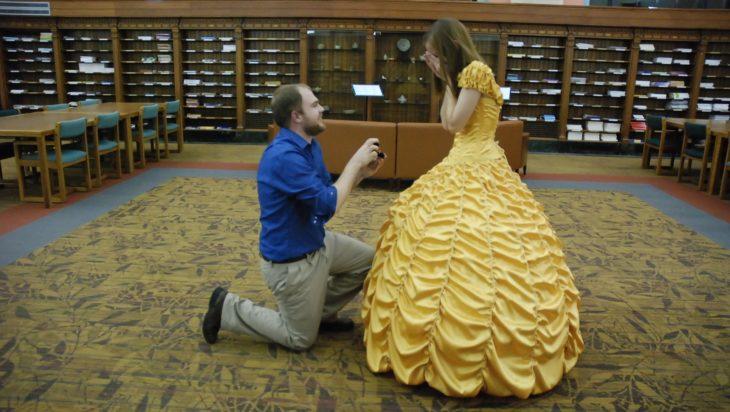 Le pide matrimonio vestida de Bella