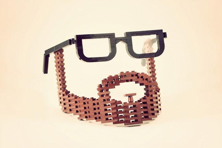 Barba y lentes fabricados con legos