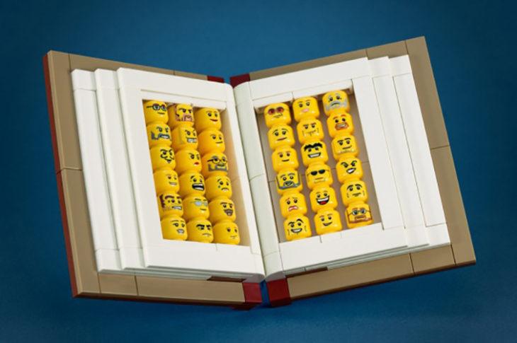 cabezas de figuras de lego dentro de un libro