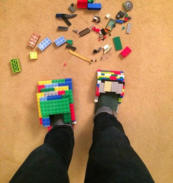 Zapatos hechos de lego para evitar legos