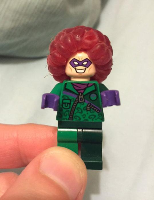 Lego con frambuesa en cabeza como su fuera cabello