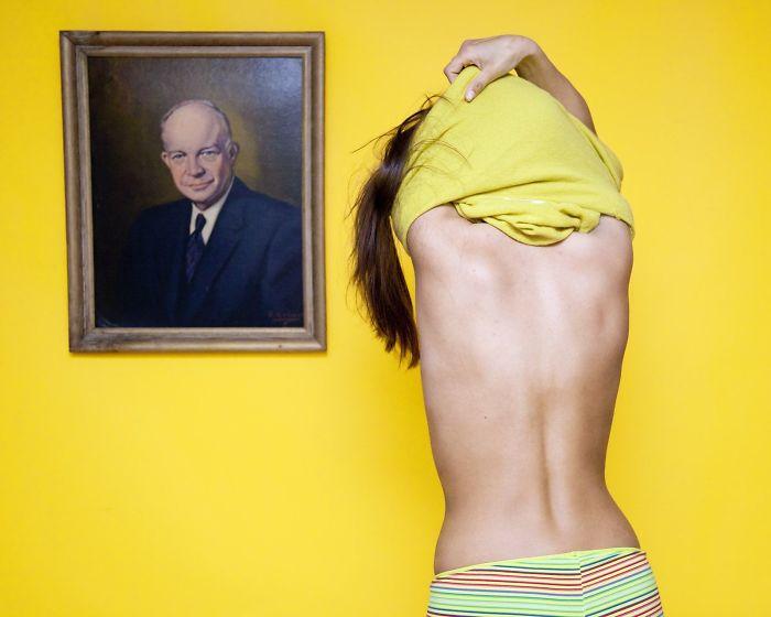 prohibido desnudarse frente a un cuadro