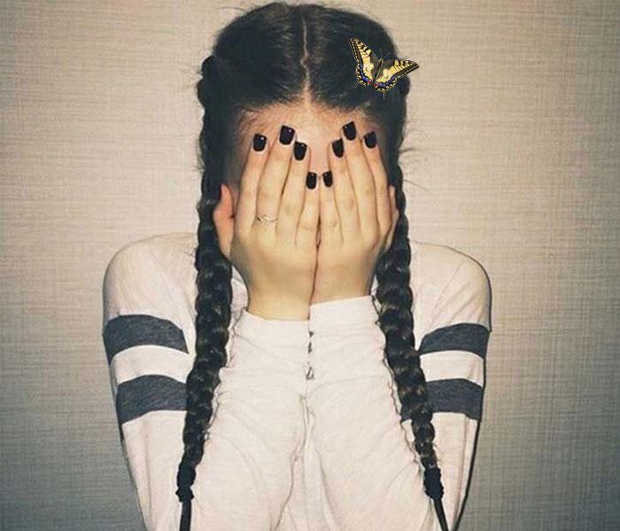 chica timida sensible mariposa