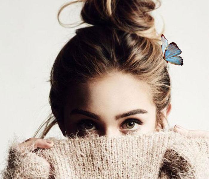 chica ingeniosa mariposa azul
