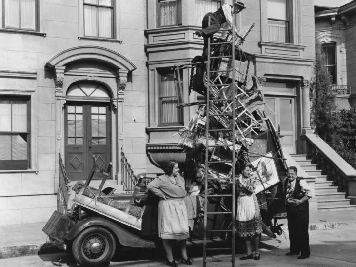 Vieja fotografía de un auto lleno de los muebles para la mudanza