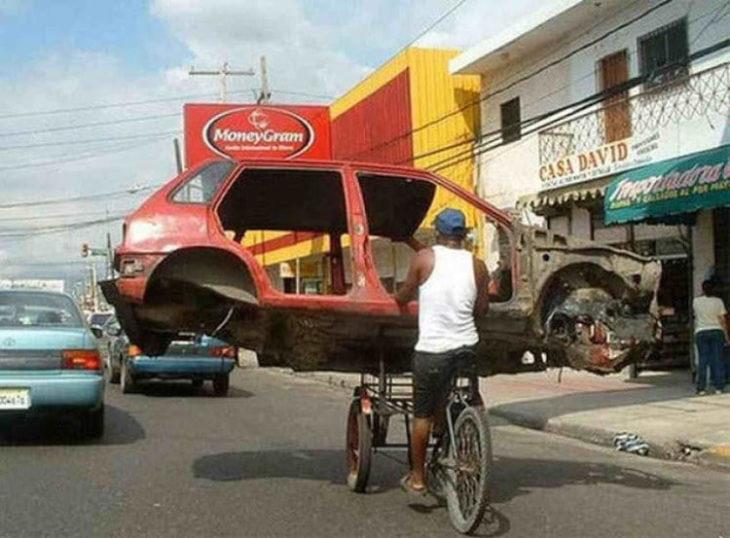 triciclo llevando armazón de un vehículo