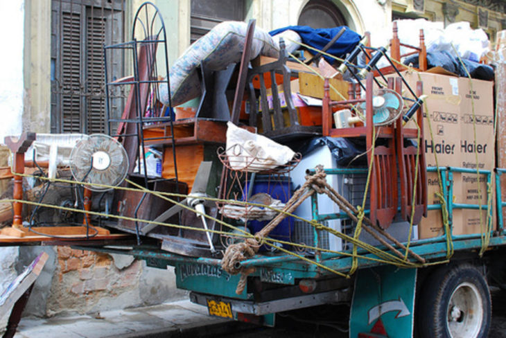 Caja de camión lleno de objetos para la mudanza