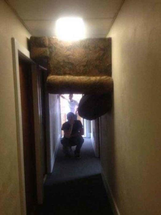 sillón atorado en el pasillo durante la mudanza