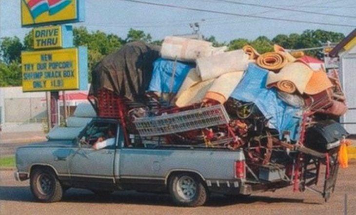 camioneta sobrecargada de objetos para la mudanza