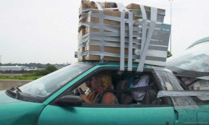 Objetos sujetos con cinta adhesiva encima de un vehículo