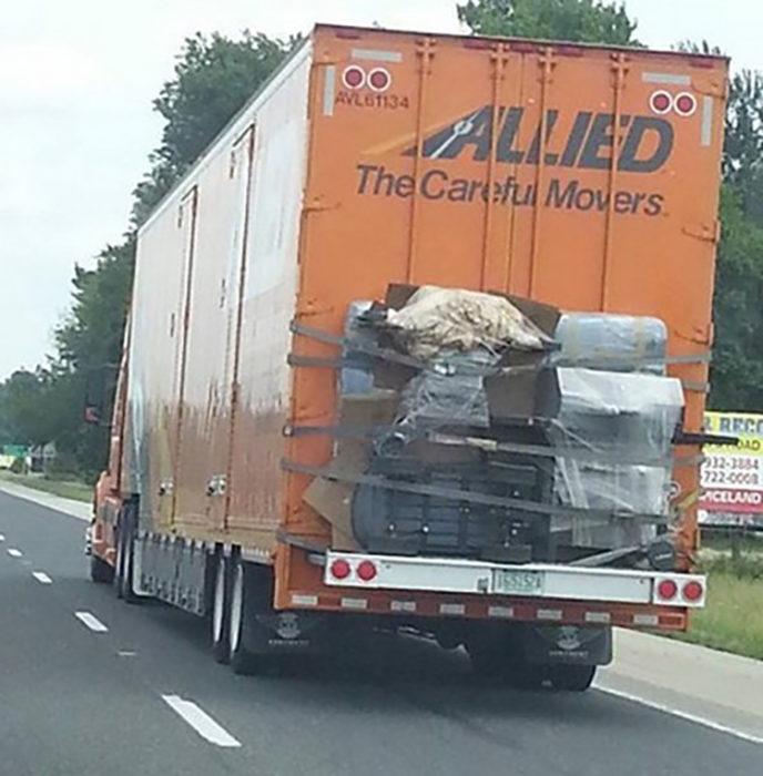 Objetos sujetos con cinta en camión de mudanzas