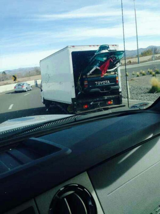 camión que lleva una camioneta y un jetski