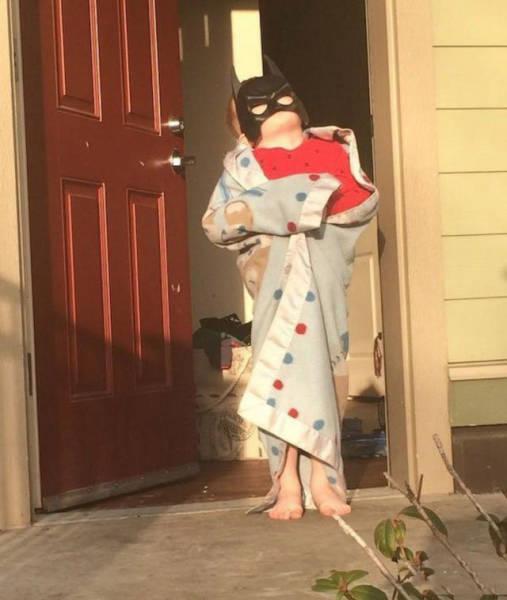 Niño con pijama y máscara de batman