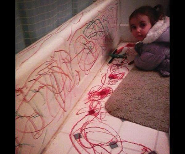 niña pintando las paredes