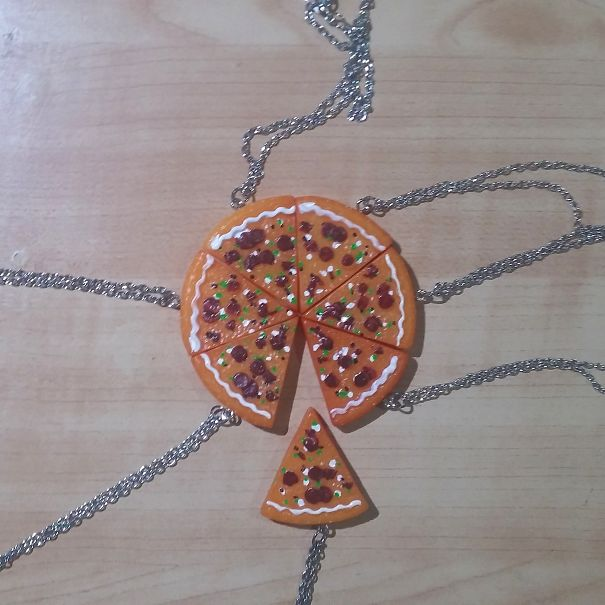 collar de pizza un pedazo no embona