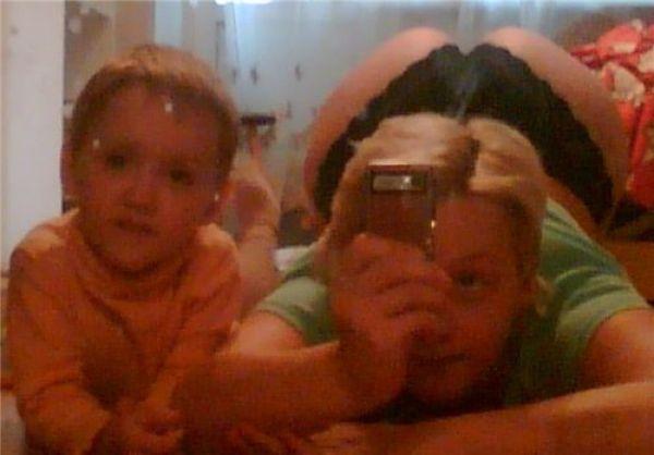 Mujer se toma selfie de su trasero mientras su hijo está al lado