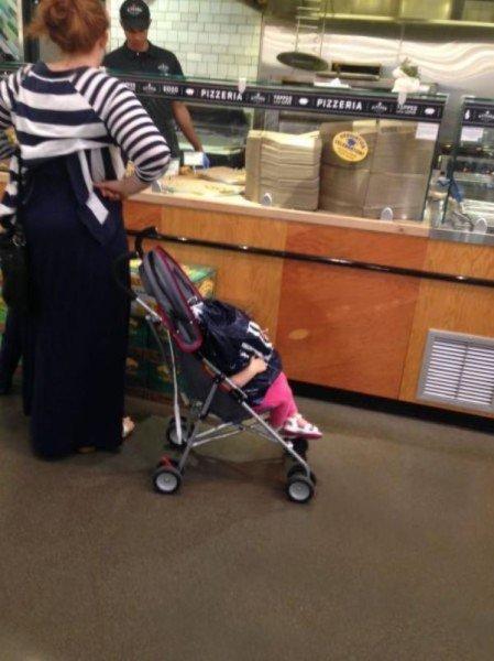 Mujer pone su bolso en cara de bebé mientras pide comida