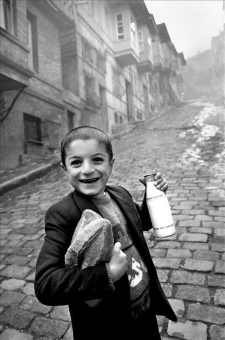 niño que compró leche y pan
