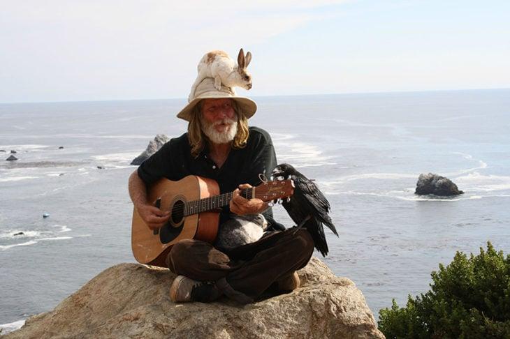 anciano tocando junto al mar