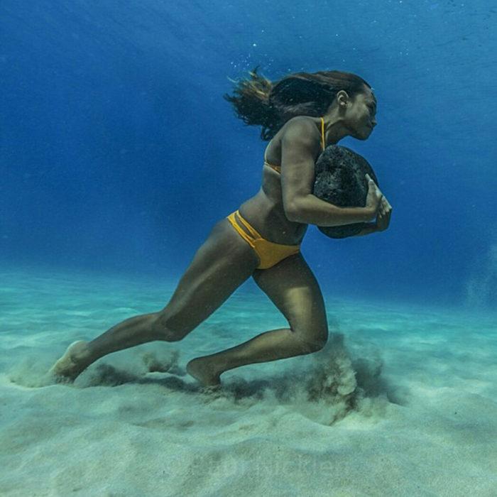 Surfista Hawaiana entrenando