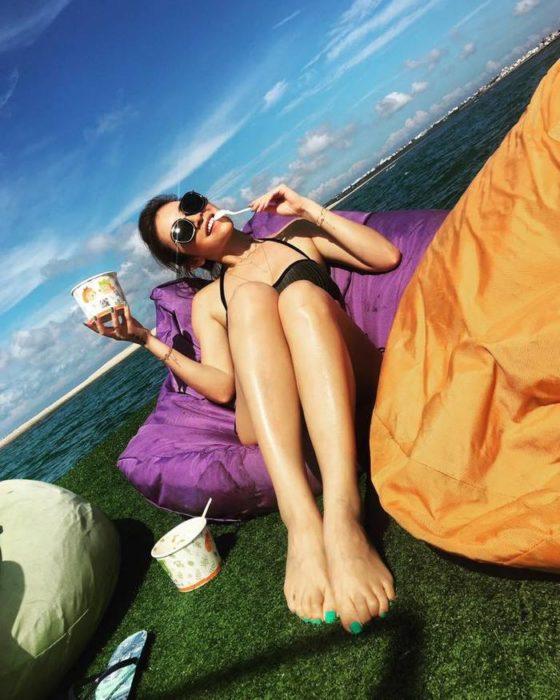 chica en la playa en un bote