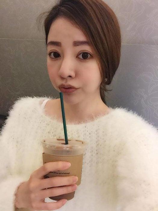 fayfay chica bebiendo café