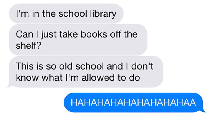 joven no sabe como actuar en la biblioteca escolar