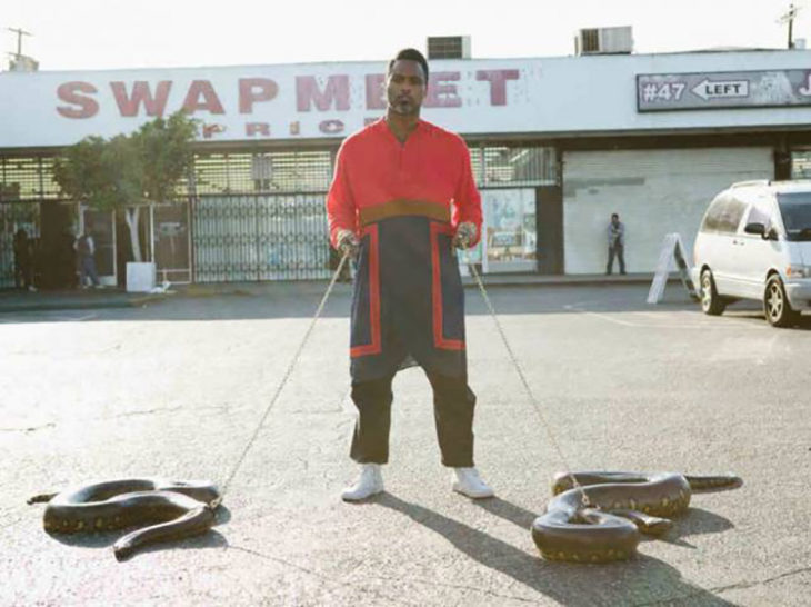 hombre paseando con sus serpientes mascotas