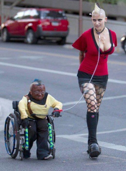 sujetos con vestimenta extraña paseando por la calle