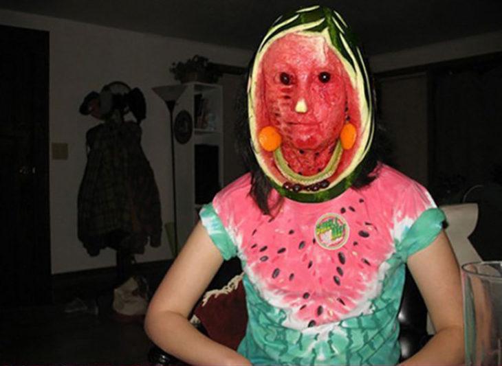 mujer con disfraz de sandía