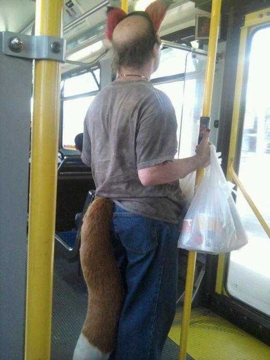 disfrazado con cola y orejas de zorro en el transporte público