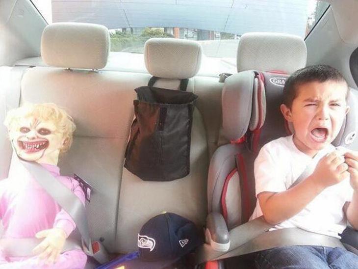 niño asustado con juguete en el carro