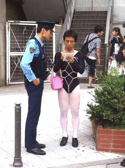 Hombre oriental con ropa extraña detenido por policia