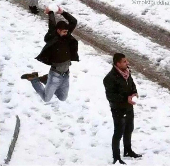 sujeto ataca a otro con una gran bola de nieve