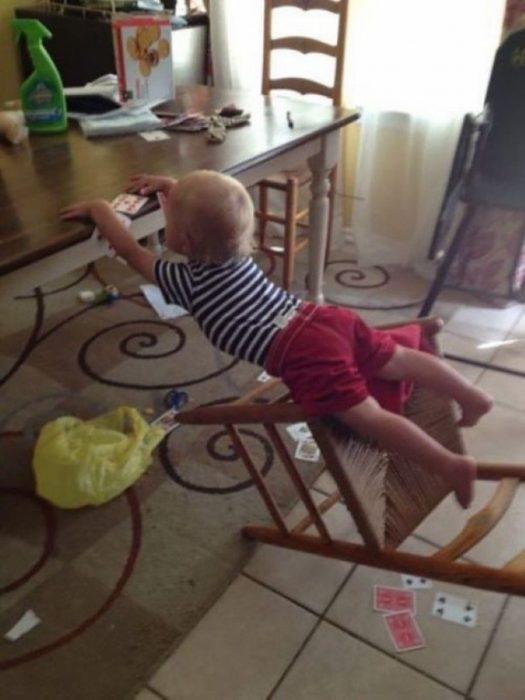 niño en el comedor se cae de la silla pero esta a segundos de soltarse de la mesa