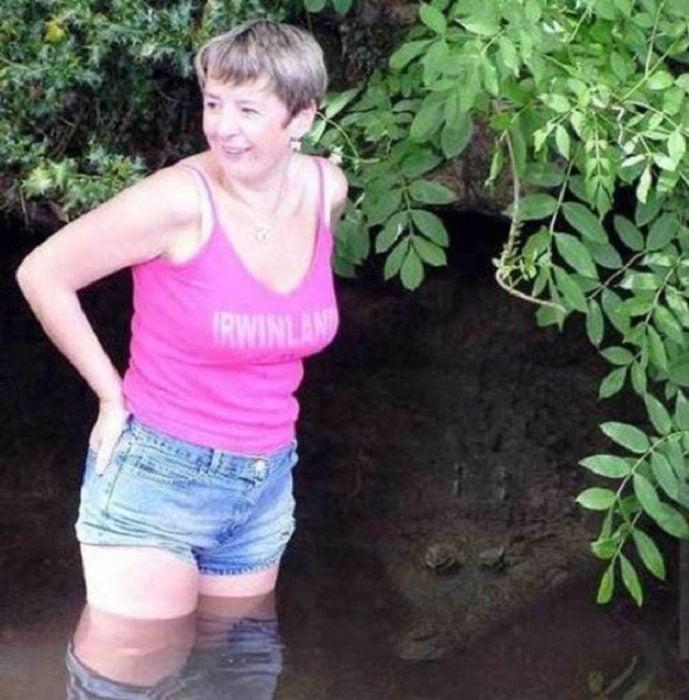 mujer acechada por un cocodrilo