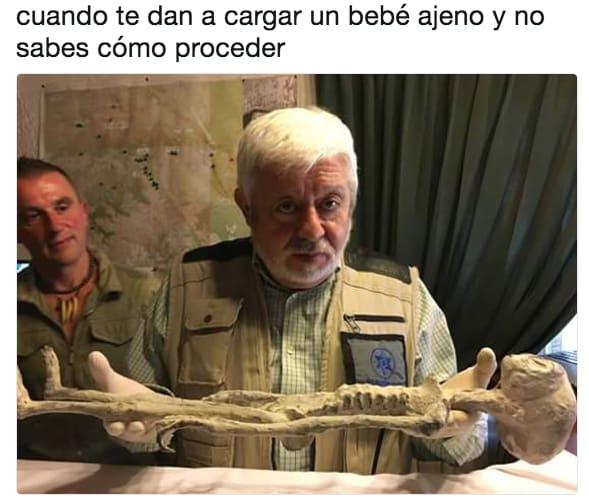 jaime mausán cargando un esqueleto bebé