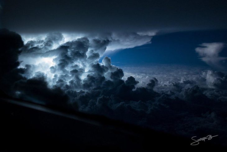 Gran nube cargada de rayos cercana a las costas de Jamaica