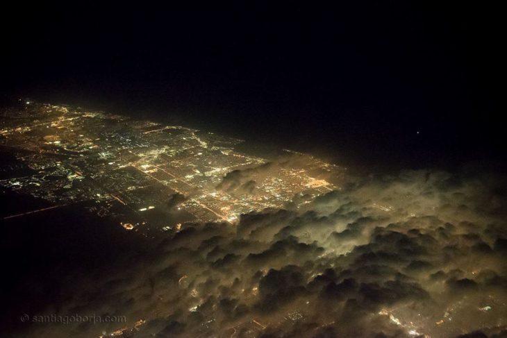 la ciudad de Miami parcialmente cubierta por nubes