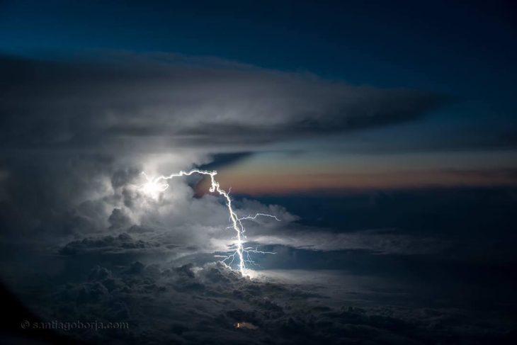 Enorme rayo cayendo sobre el amazonas