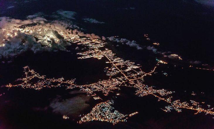Foto nocturna de ciudad del caribe